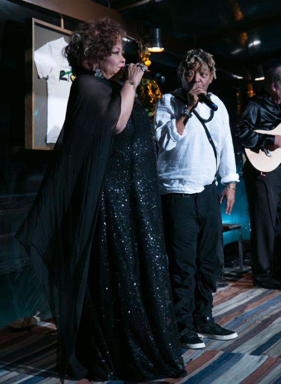 Alcione e Martnalia no show exclusivo na cobertura do Hotel Fasano, Rio (Foto/Reprodução: Miguel Sá e Felipe Panfili/Vogue.com.br)