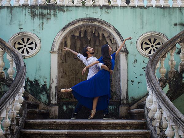 Casal brasileiro a integrar o corpo de bailarinos do balé Bolshoi, Bruna e Erick diante das escadarias da Escola de Música do Estado do Maranhão - Lilah Lisboa de Araújo (Foto/Reprodução: Divulgação)