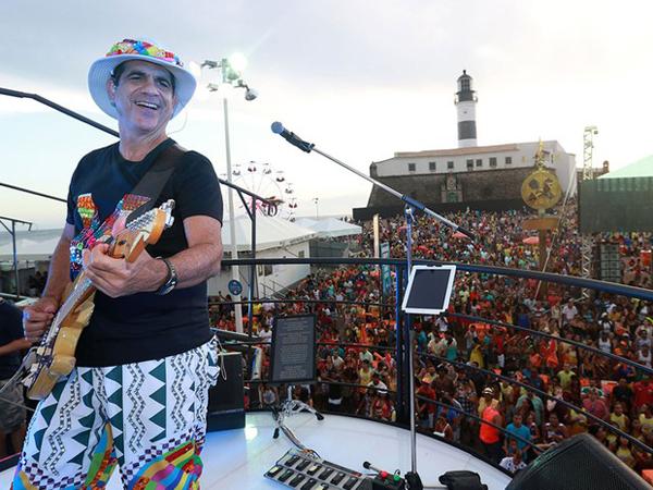 Durval Lelys, conduzindo seu bloco no carnaval de Salvador. Ele estará em São Luís no próximo dia 22 (Foto: Divulgação)