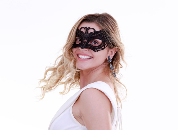 "A modelo Andreia Nunes com a máscara símbolo do bloco ""Auroja"", cujo lançamento acontece neste sábado, 03/12 (Foto/Ayrton Valle)"