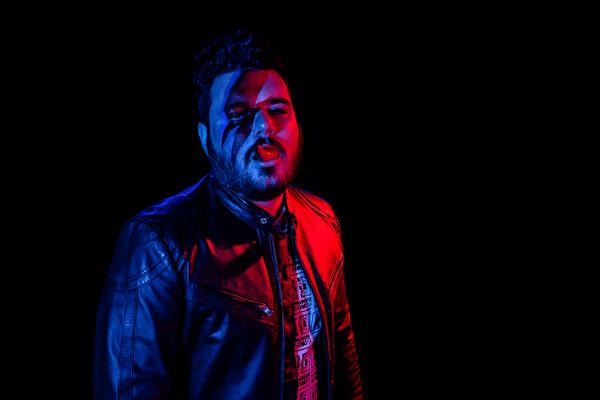 Um dos idealizadores e deejays da Shock Me, Rivandré Basileu. Ou DJ RivVs; na foto, bem ao estilo irreverente da festa que ajudou a dar vida (Foto: Divulgação)