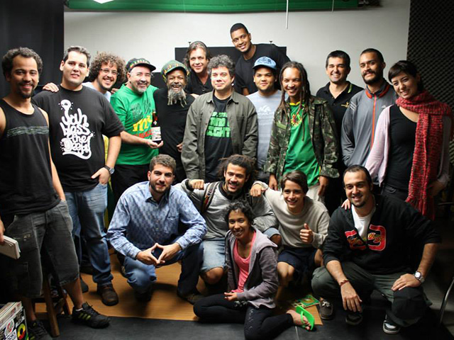 DJ Tarcísio Selektah de camisa verde e sem casaco.