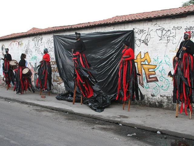 O Nóis de Teatro é um grupo de teatro de rua existente desde 2002 na periferia de Fortaleza - Ceará. Vai percorrer as ruas da Fé em Deus, em São Luis, a partir das 18h deste sábado, dia 30/5.