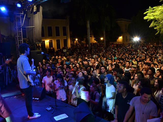 Phill Veras na Praça Nauro Machado na retomada do Projeto Mais Cultura e Turismo. Foto: Nael Reis e Ana Laura/Secom.