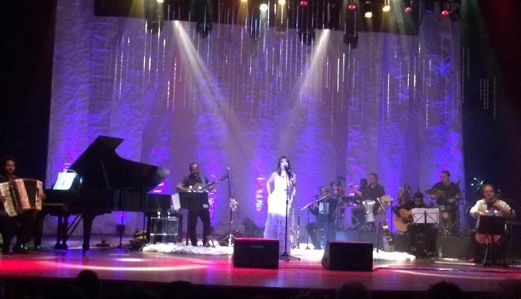 Cecília Leite e banda no show Enquanto a Chuva Passa, no TAA. Foto: Divulgação