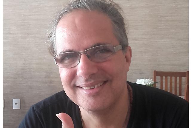 Violoncelista Lui Coimbra em entrevista ao jornalista Pedro Sobrinho. Foto: Divulgação