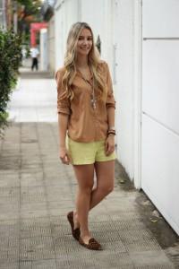 look-da-onca-camisa-camelo-short-neon-nude-e-neon-zara-mares-m-guia-loafer-oncinha