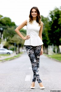 look-do-dia-calca-estampada-peplum-sapato-branco-white-stilettos-floral-leather-street-style-fashion-blogger-blog-moda-style-update-ivicornelsen-01