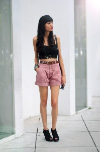 Shorts-cintura-alta-usando-top-curto