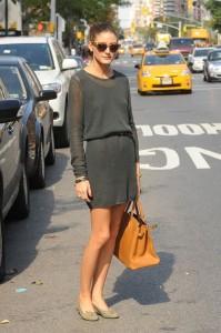 A-norte-americana-e-itgirl-Olivia-Palermo-mostra-como-estar-impecável-em-look-minimalista-nas-ruas-de-Nova-Iorque_-As-delicadas-sapatilhas-e-a-bolsa-baú-em-cores-que-se-harmonizam-com-o-vestido-revelam-um-estilo