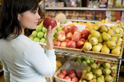 mulher-frutas-supermercado