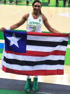 Ala Iziane com a bandeira do Maranhão na Olimpíada