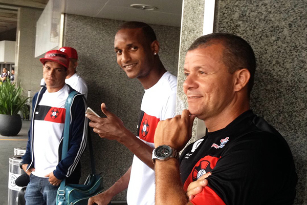 Meia Kléo, zagueiro Luís Fernando e o auxiliar técnico Marcinho na chegada do Moto ao Rio