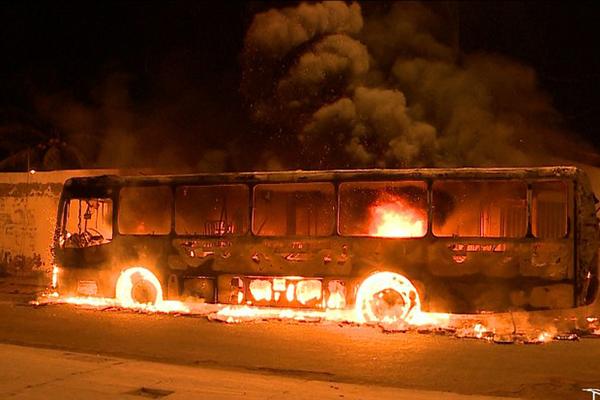 Em noite de terror em São Luís, cinco ônibus foram completamente destruídos nos ataques