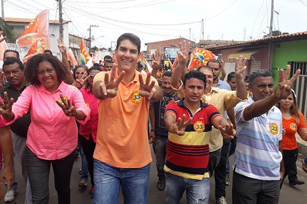 Eduardo Braide faz caminhada na Divinéia, Vila Luizão e Sol e Mar