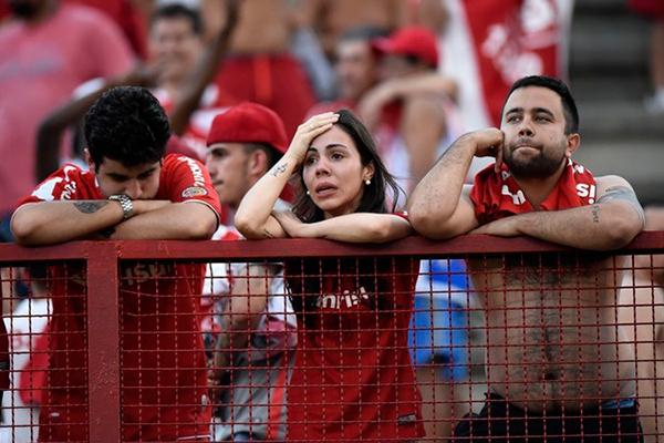 Torcedores do Internacional choram após rebaixamento para a Série B