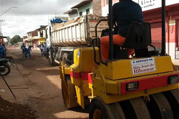 Homens e máquinas iniciaram bem cedo a recuperação das vias públicas de Ribamr